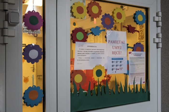 Kartki z informacjami na drzwiach.