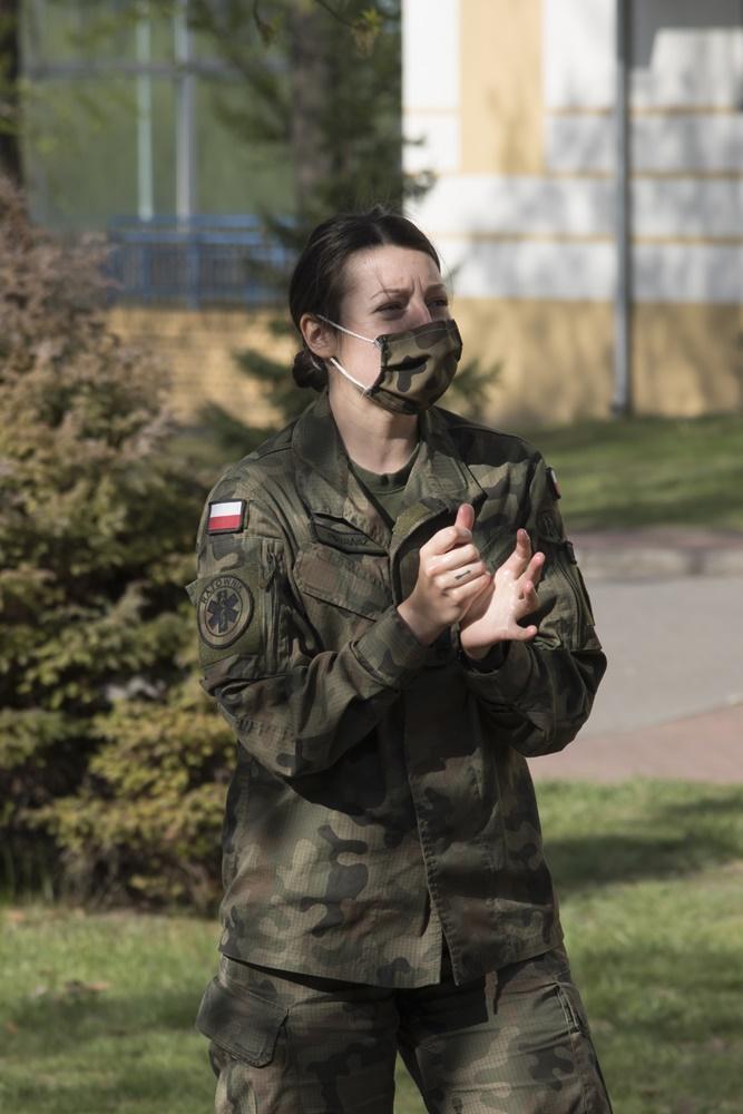 Kobieta w mundurze.