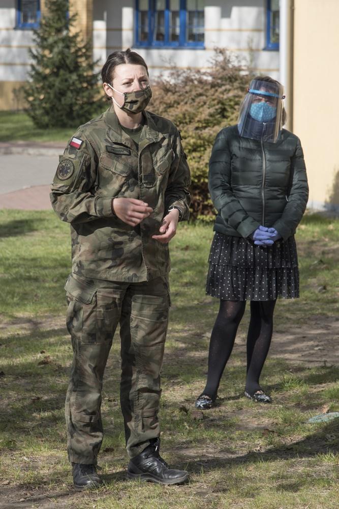 Dwie kobiety. Jedna w mundurze.