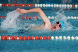 W basenie sportowym - widok chłopaka płynącego kraulem