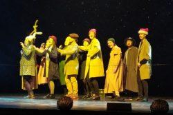 Fragment przedstawienia. Dziesięć osób na scenie.