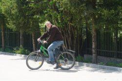 Mężczyzna jedzie rowerem.